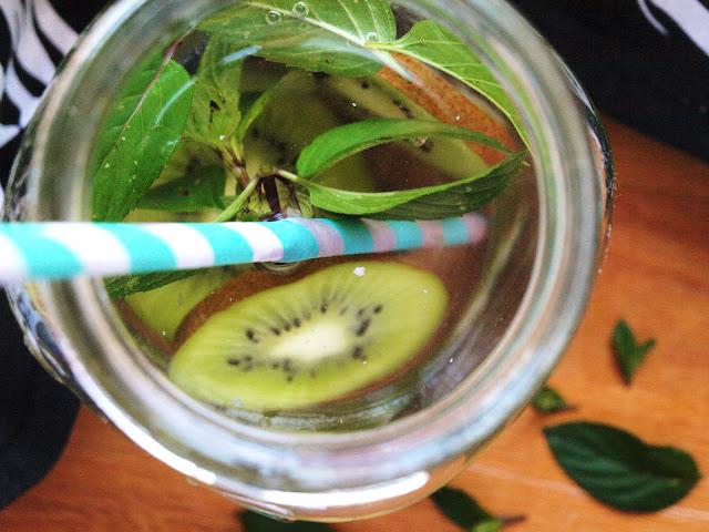 Limo mit Kiwi und Minze