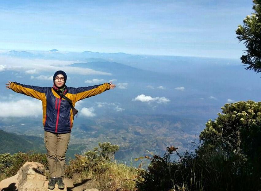 Foto gadis Igo Cantik Hijab Pendaki Gunung Cahya Meythasari  mendaki gunung ceremai jaket tebal terbaru manis dna suka sekali