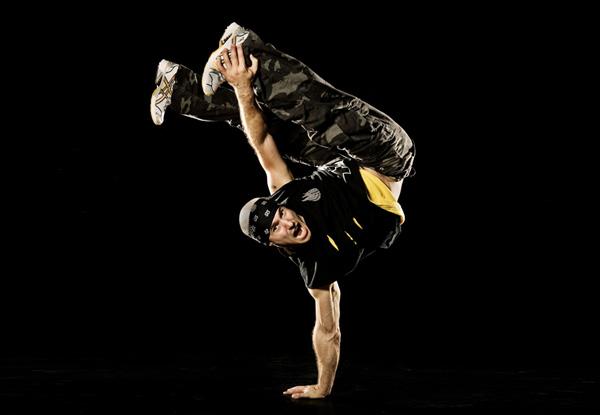 El Break Dance tuvo cobertura mundial desde 1983 en películas como Flash  Dance (aunque sólo se baila breaking algunos segundos) y películas como  Breakin 13b7ae71697