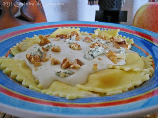 Pasta Rellena de Manzana con Salsa de Queso Azul y Nueces