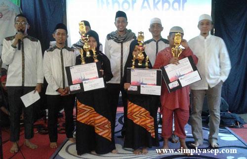TUNA NETRA : Para juara Lomba Tahfiz Quran yang kesemuanya penyandang Tuna Netra berfoto bersama para pengurs Yayasan Ashabul Yamin - Munzalan. Foto Asep Haryono
