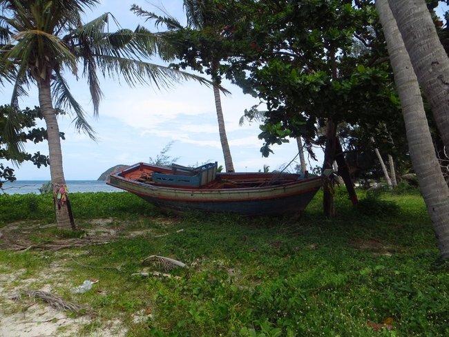Старая лодка на берегу моря