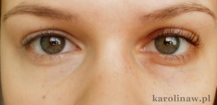 Korektor kryjąco - rozświetlający Eveline Art Scenic krycie kolor swatch na twarzy działanie recenzja opinia blog rozświetlanie kryje dobry kryjący korektor pod oczy
