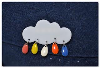 pull pimpé par une broche nuage et gouttes aux couleurs peps