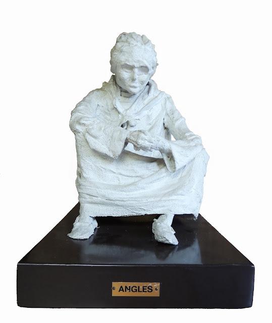 escultura al yeso de Francesc Anglès mujer sentada mendigando