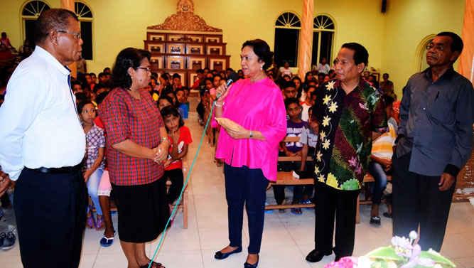 Direktur Archipelago Solidarity Foundation, Dipl.-Oek. Engelina Pattiasina membantu dan mendorong agar pelajar di Negeri Booi, Saparua, Maluku Tengah untuk mengikuti kursus Bahasa Inggris.
