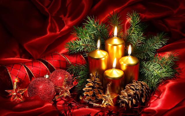 Kerst achtergrond met kaarsen en denneappels