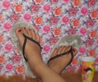 Sandal Bulu Krincing Abu Model Jepit Tali Dilengkapi Krincing/lonceng