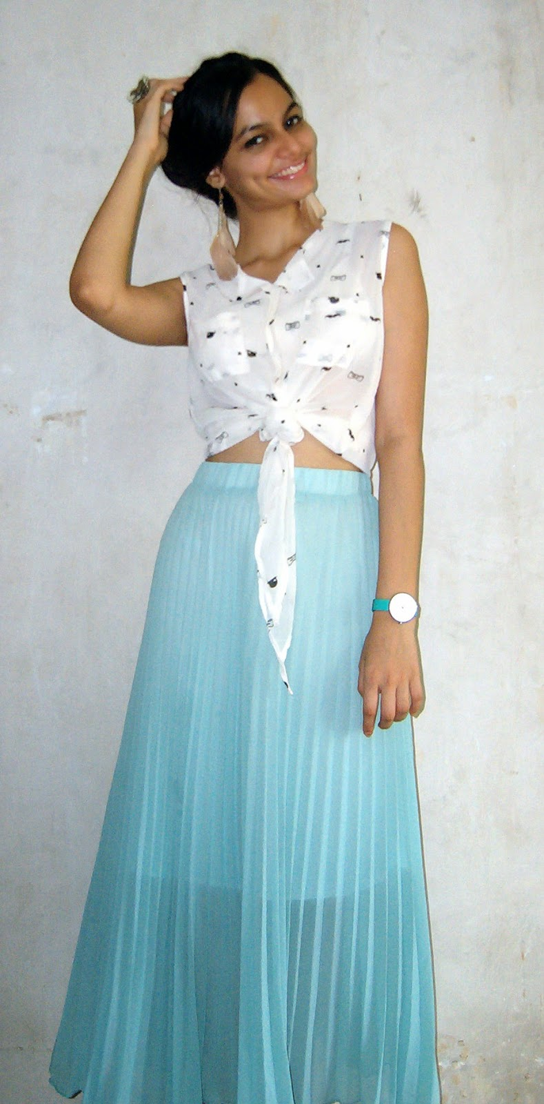 beach style, what to wear to a beach holiday, mumbai streetstyle, weekend dressing, pleated maxi skirt, knotted crop top, how to wear crop tops and maxi skirts, indian fashion blogger, fashion blog, look for less, holiday fashion