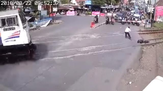 Ngeri, Bunuh Diri Petugas Keamanan Perlintasan Terekam CCTV