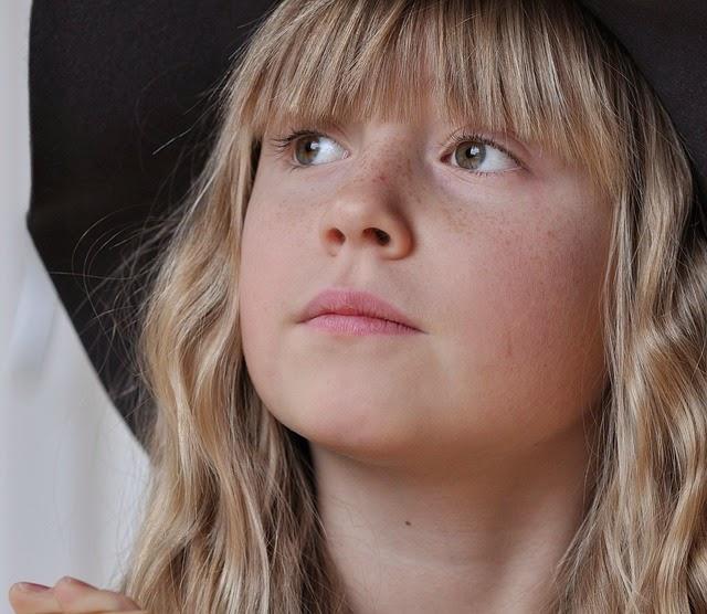 Download foto gambar anak kecil berambut pirang