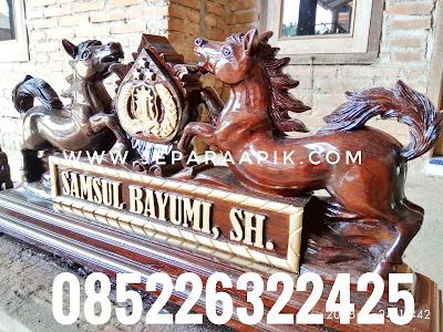 papan nama kuda