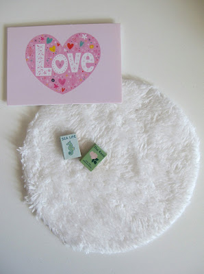 Modern dolls' house miniature Lundby love picture, round white rug and two books.