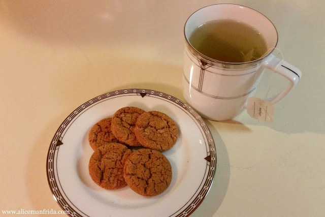 dessert, cookies, gingersnaps, tea, raspberry leaf tea, tasty tuesday, what I ate, food diary