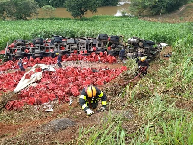 Motorista ficou preso às ferragens após carreta tombar na BR-491 (Foto: Corpo de Bombeiros)
