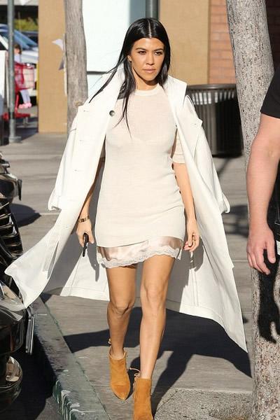 Kourtney Kardashian estilo vestidos seda rosa