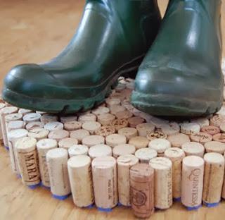 http://www.guiademanualidades.com/reciclando-en-el-hogar-alfombra-hecha-con-corchos-4908.htm