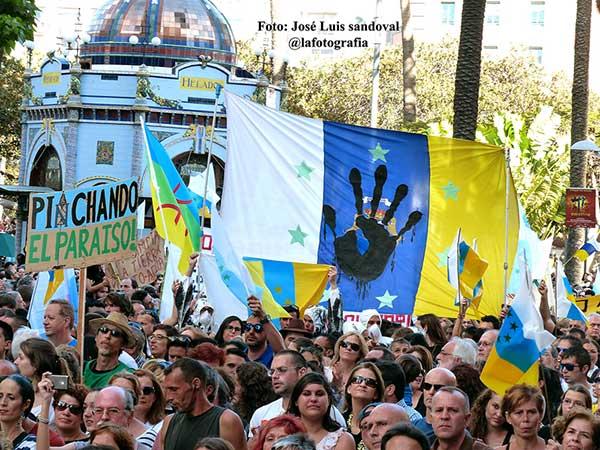 Piden legalización de la bandera canaria de las siete estrellas verdes