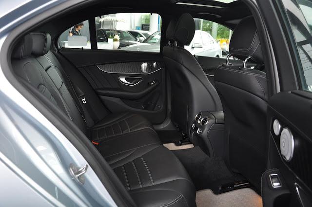 Băng sau Mercedes C300 AMG 2017 thiết kế rộng rãi và thoải mái.