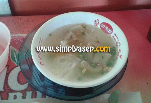 SOP KIKIL : Inilah porsi Sop Kikil tanpa nasi hanya Rp.8000,- saja. Sop nya segar, ringan, dan berasa creamy banged. Foto Asep Haryono