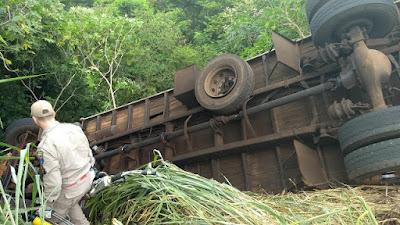 """Motorista perde a vida após caminhão cair na """"Descida do Sabino"""" em Novo Itacolomi"""