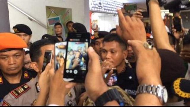 Petugas Stasiun Gambir Minta Paksa Copot Bendera Tauhid Mengundang Kemarahan Umat Islam