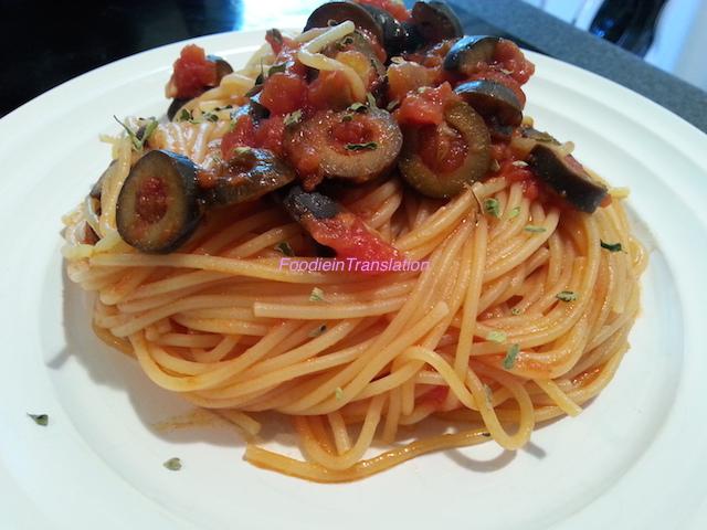 Spaghetti al sugo di pomodoro e olive nere