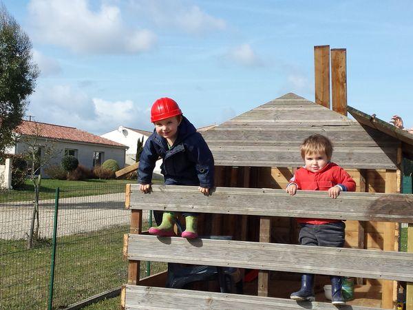 Construction d'une cabane en bois avec terrasse pour enfant