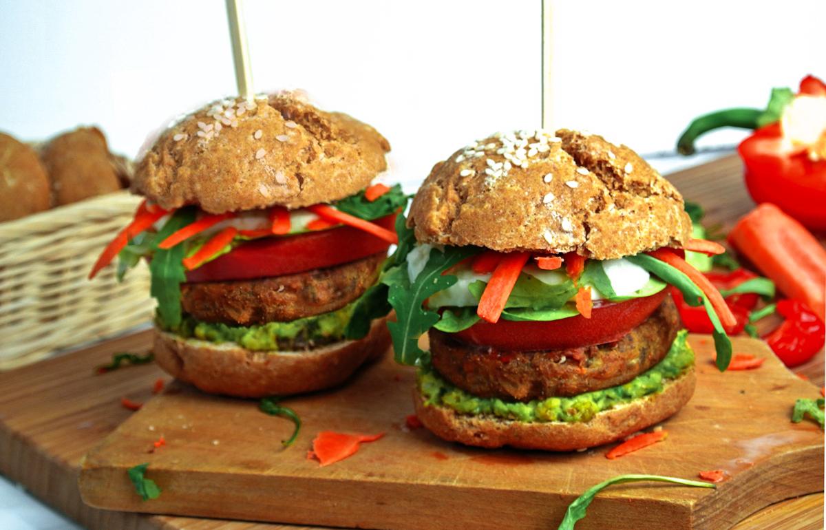 wegetariański burger z kalafiora z bułką jaglaną, bezglutenowy, bez laktozy