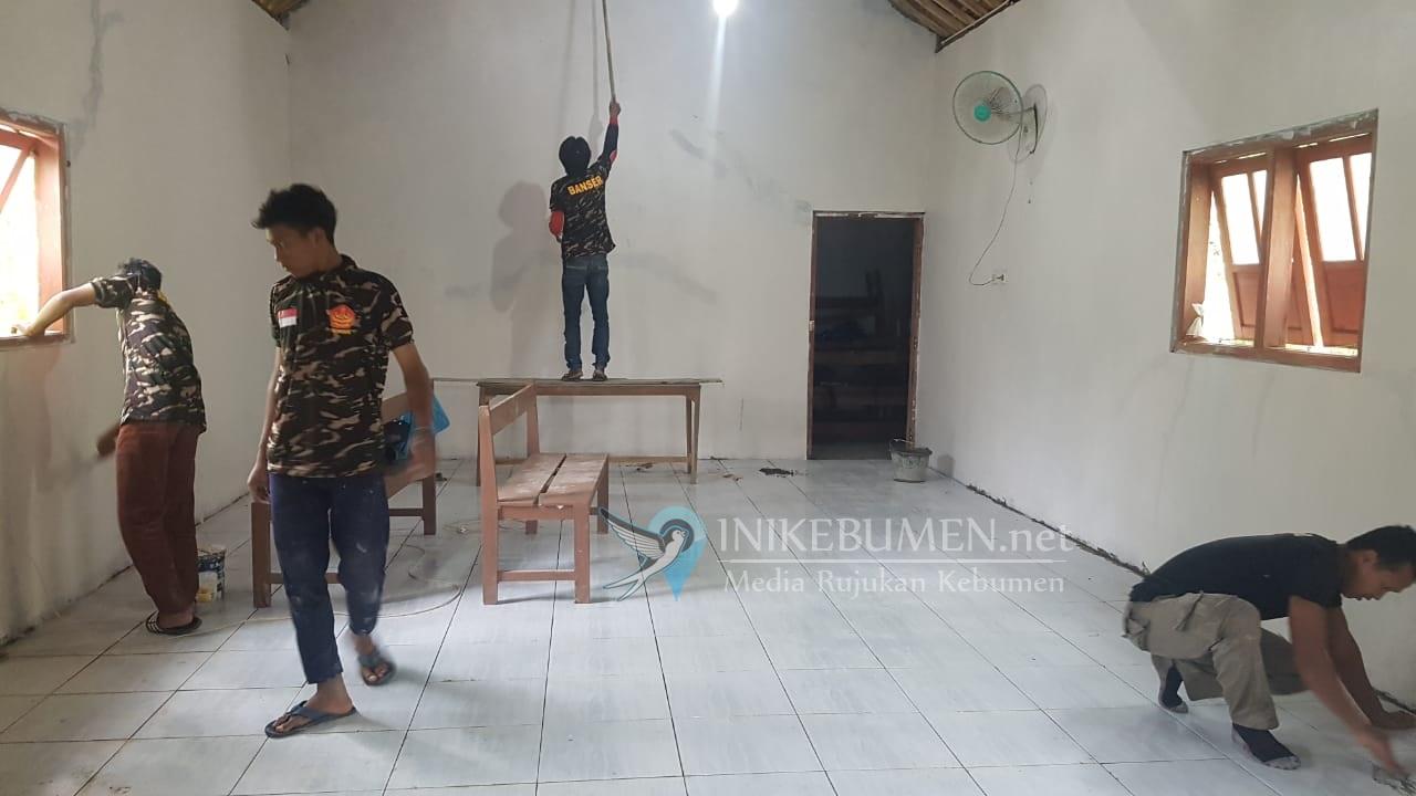 Mantap! Banser NU Kebumen Perbaiki Gereja di Poncowarno