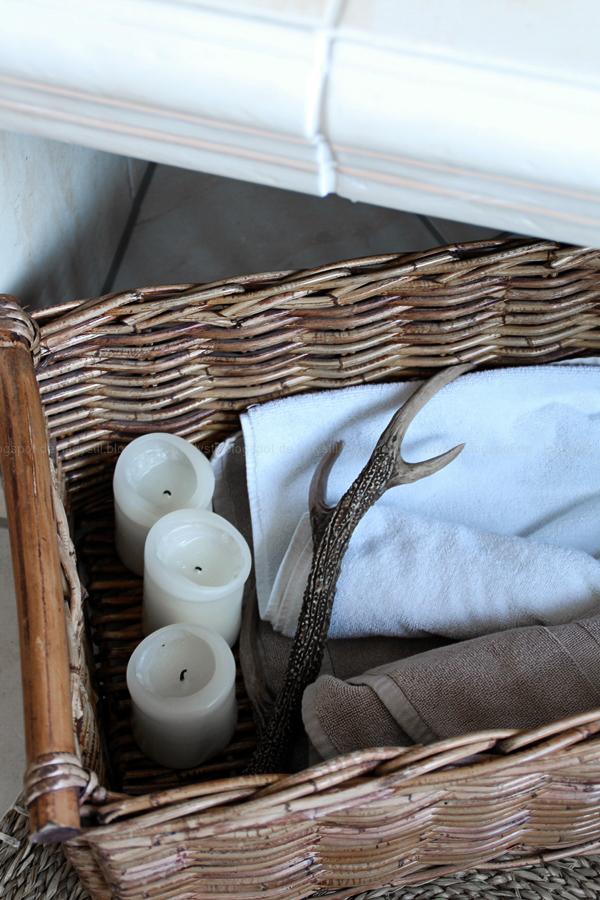 großzügiges Badezimmer mit großer Badewanne und hellen Fliesen, Badezimmer in Holz, Weiß