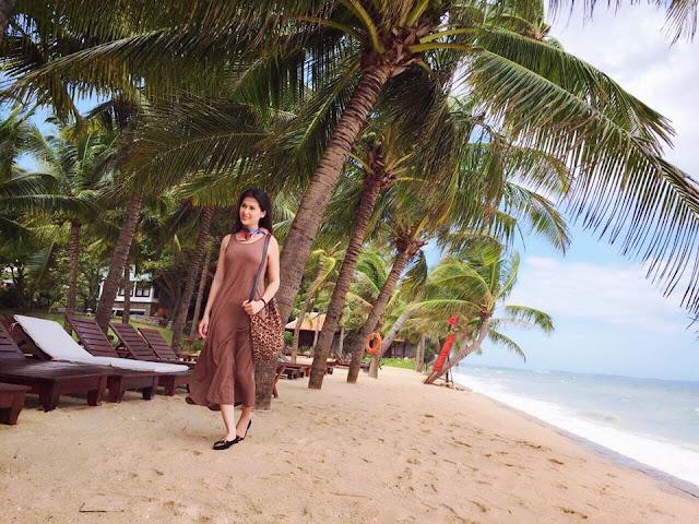 Phúc An diên thời trang tươi tắn bên Resort Hoàng Ngọc - Mũi Né Phối màu quần áo rất đẹp.