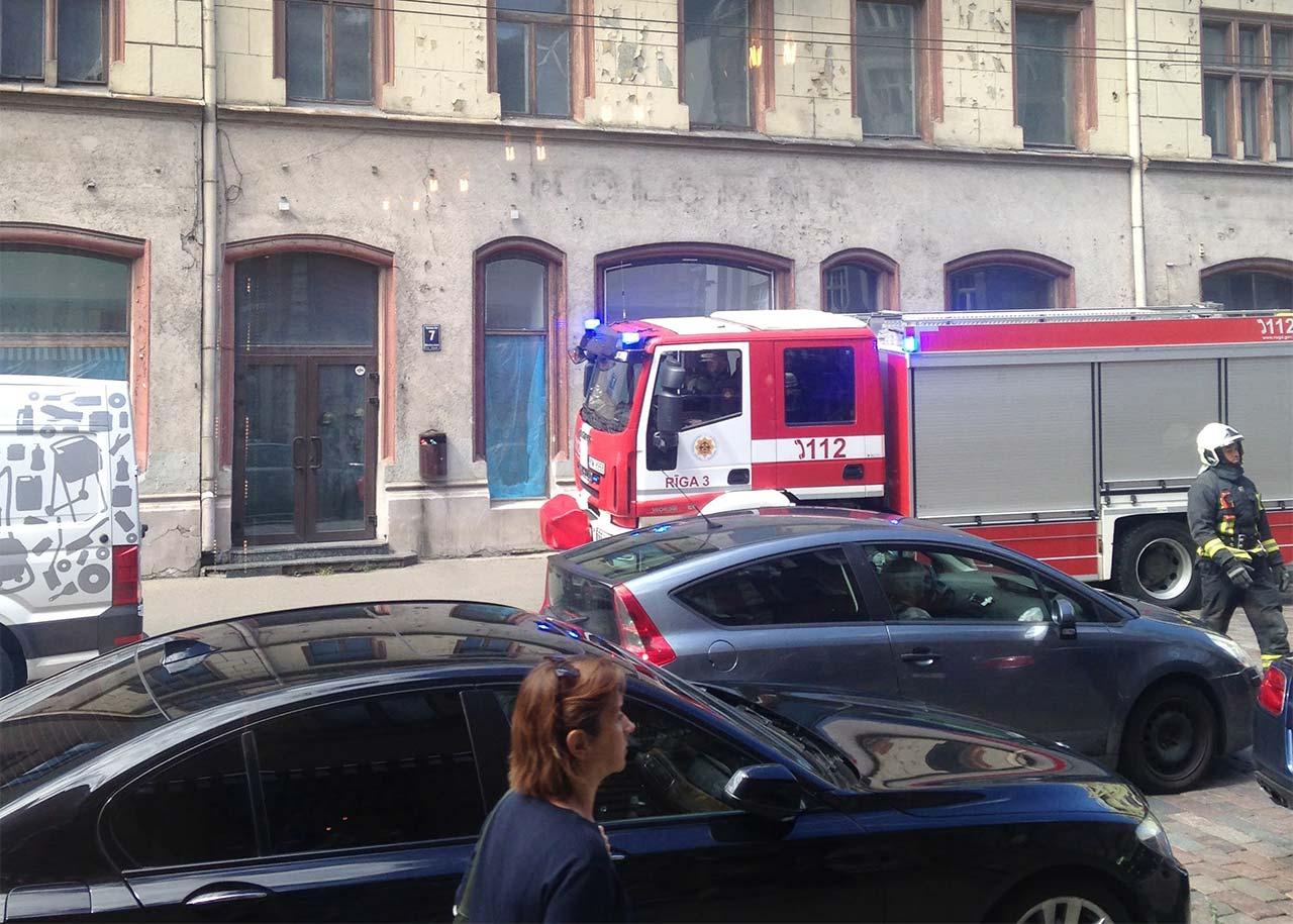 Glābēji Rīgas piepildītā ielā