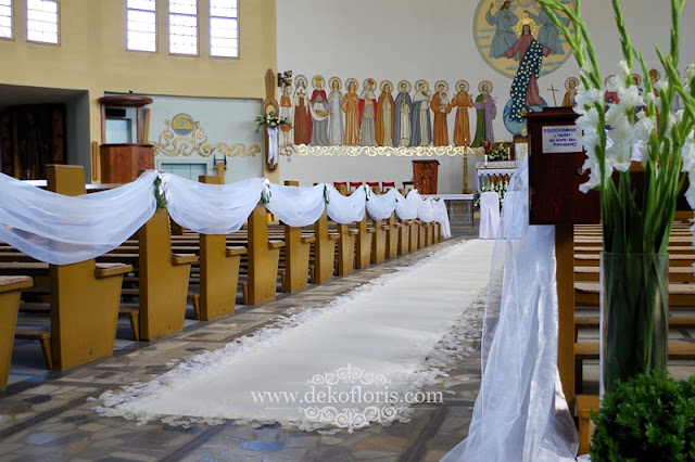 Biały dywan i płatki - dekoracja kościoła na ślubie w Kędzierzynie