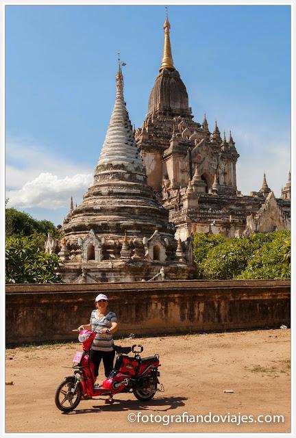 bicicleta eléctrica en Gawdawpalin Pahto en Bagan Myanmar
