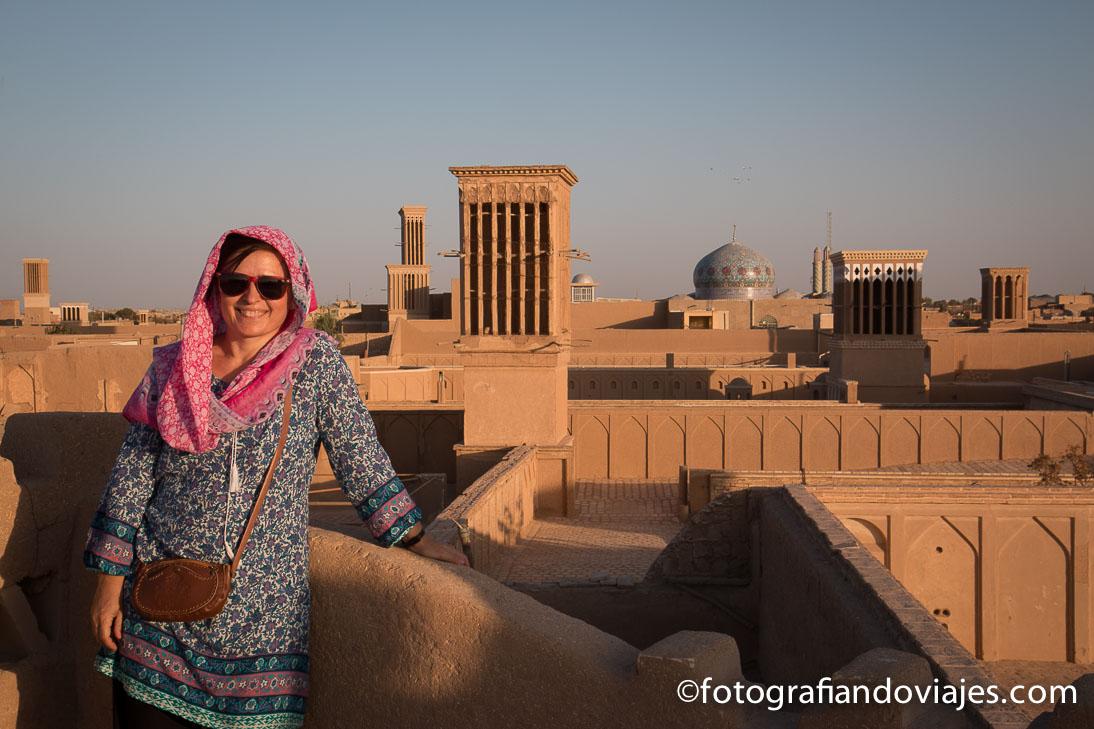 vestimenta mujer turista en Iran