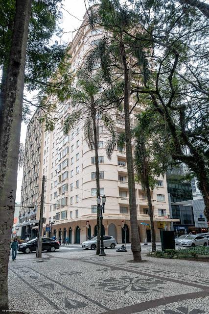 Edifício Santa Júlia, na Praça Osório, esquina coma a Rua Senador Alencar Guimarães.