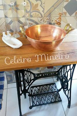 Celeiro Mineiro Móveis Rústicos: bancada para banheiro com pé de ferro de máquina de costura