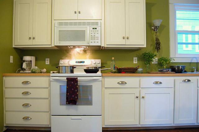 Anrichten, Stühle, Tische Und Andere Bereiche Der Küche Können In Einem  Sanften, Erdigen Rot Sehr Schön Wirken. Kombinieren Sie Dazu Rote  Dekoelemente.