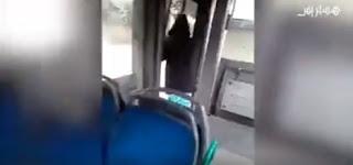 سقوط فتاة من حافلة بسبب المراقب