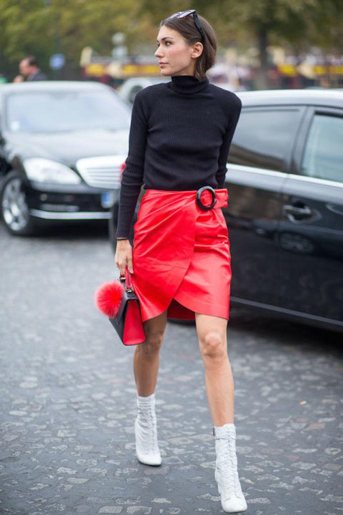 street-style-white-boots-black-turtleneck