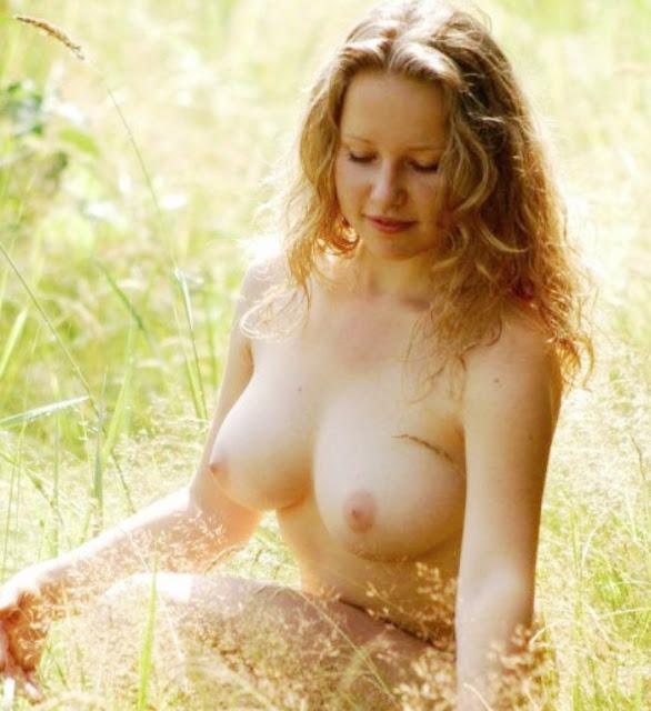 Эротика ню www.eroticaxxx.ru: С Большой грудью блондинка в поле 18+ эротические фото на природе