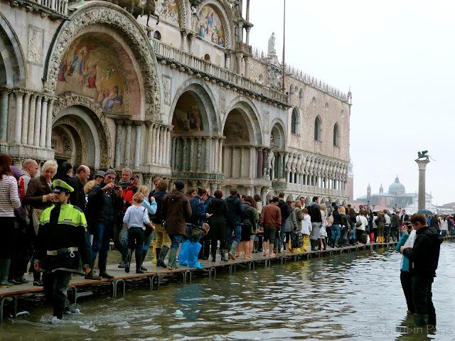 Αποτέλεσμα εικόνας για Venice adopts crowd control measures
