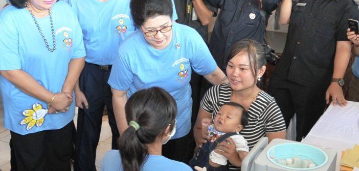 Menteri Kesehatan RI, Prof. Dr. dr. Nila Djuwita F. Moeloek, Sp.M (K), dalam Pencanangan Nasional Indroduksi Vaksin Polio Suntik, Gianyar Bali