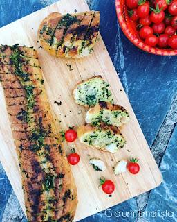 image Baguette farcie au beurre d'ail, persil et basilic