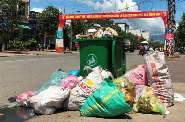 Quảng Ngãi Rác thải sinh hoạt bủa vây dọc Quốc lộ 1A