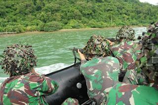 Marinir Latihan Menembak diatas Perahu Karet
