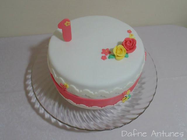 bolo delicado com flores para aniversário de um ano