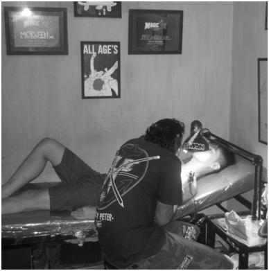 Wak Genk mengoprasi pasiennya di Morween ink
