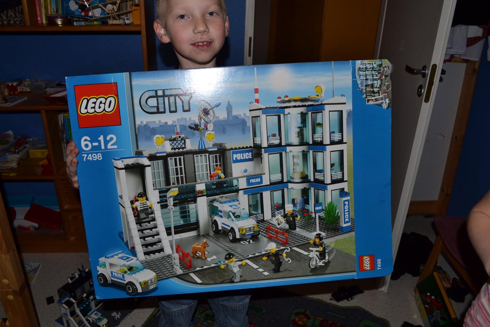 9f50828fbb4 Peale pikka raha kogumist sai Johannes lõpuks kokku vajaliku raha et osta  endale juba ammu unistatud Lego politseimaja. Tiit jõudis sellega reede  õhtul ja ...